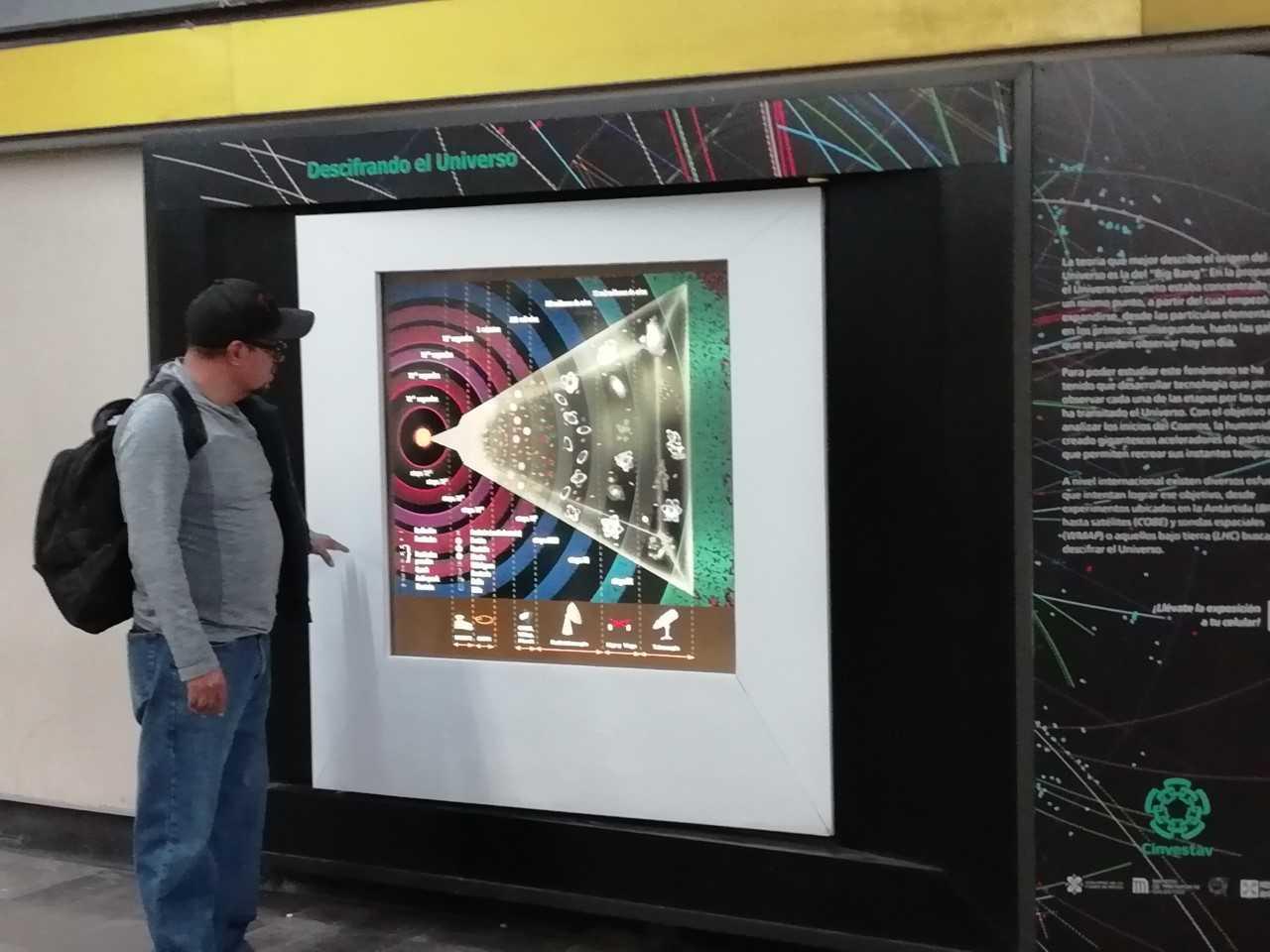 pasajero mirando una fotografía en el túnel de la ciencia